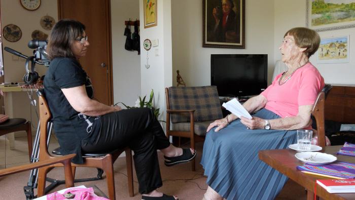 רבקה קרסל מספרת ללאה פירסט על חיים בצל המנדט.