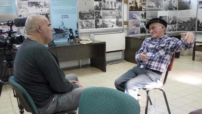 """גיורא קריב מראיין את יוסף אלמוג, איש הפלי""""ם, על אחריותו בהעפלה."""
